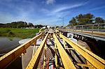 LEERDAM - Langs het spoor bij Leerdam zijn medewerkers van Heijmans Restauratiewerken bezig met de afbouw van de historische kraanburg. De brug, waarvan er maar twee zijn in Nederland gaf destijds toegang tot het uit 1815 daterende fort Werk en was uitgevoerd met een opmerkelijk systeem van wegdraaiende rails. In opdracht van Staatsbosbeheer is niet alleen het staal gestraald en van nieuwe okergele verf voorzien, maar is ook het metselwerk, de voegen en het hardsteen vervangen. In september moet de brug weer feestelijk worden geopend.COPYRIGHT TON BORSBOOM