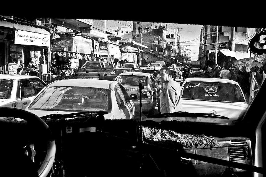 Gaza: une des rues principales du centre ville de Gaza en pleine heure de pointe. <br /> <br /> Gaza: one of the main downtown street of Gaza in rush hour.