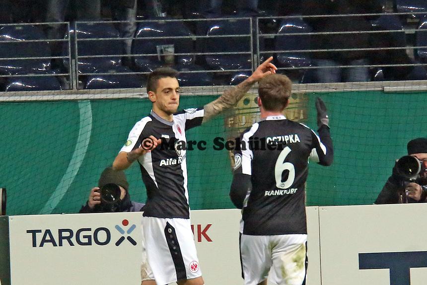 Joselu (Eintracht) hat das 1:0 erzielt und jubelt mit Bastian Oczipka - Eintracht Frankfurt vs. SV Sandhausen, DFB-Pokal, Commerzbank Arena