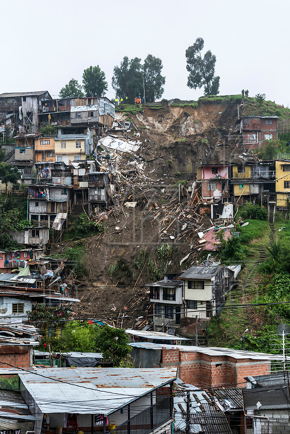 MANIZALES - COLOMBIA -19-04-2017: Aspectos de los deslizamientos producidos por las fuertes lluvias que dejan hasta el momento 17 muertos y 22 desaparecidos. Fueron 80 viviendas y cerca de 500 familias de 16 barrios de la ciudad en los sectores de Aranjuez, Persia y Gonzales entre otros. / Aspects of the landslides made by the heavy rains that left, until now, 17 dead and 22 missing. Were 80 houses and near of 500 families from 16 neighborhoods of the city inthe  sectors of Aranjuez, Persian and Gonzalez among others.  Photo: VizzorImage / Kevin Toro / CONT