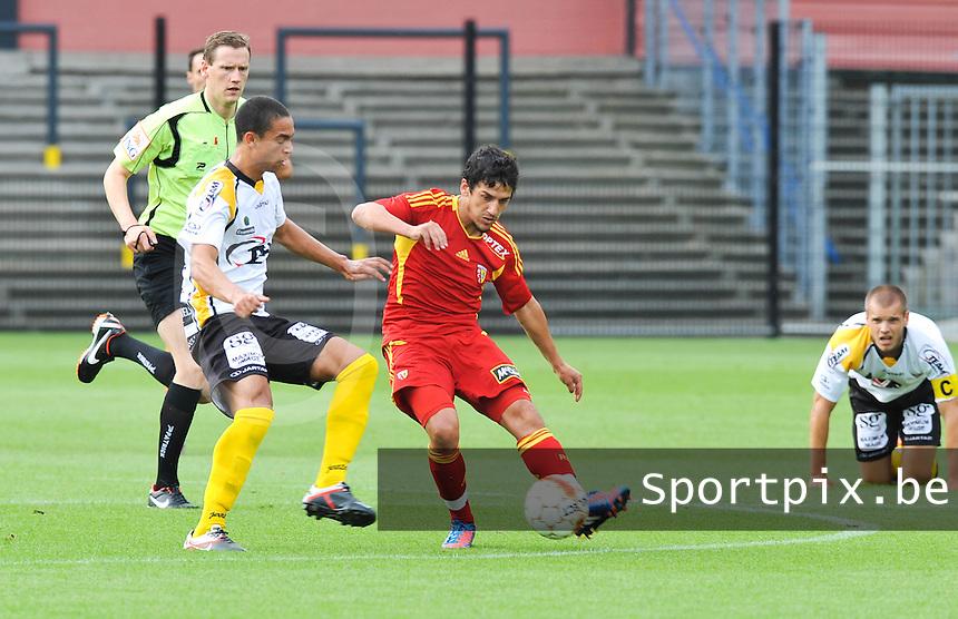 Racing Club De Lens - RC Lens : Chaouki BEN SAADA aan de bal voor Nill De Pauw van Lokeren.foto DAVID CATRY / VDB