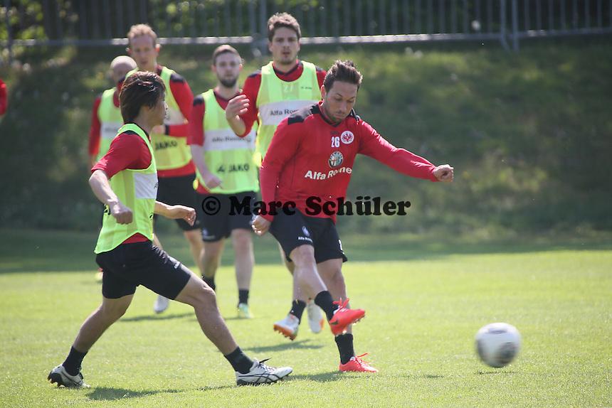 Tobias Weis gegen Takashi Inui (Eintracht) - Eintracht Frankfurt Training, Commerzbank Arena