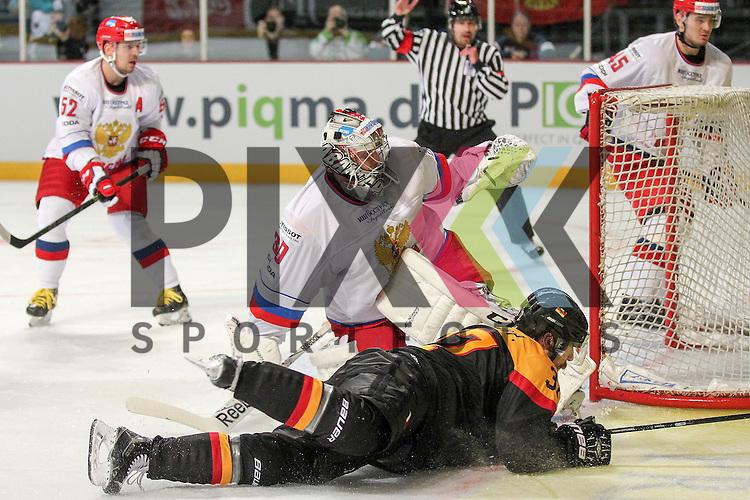 Deutschlands Reimer, Patrick (Nr.37)(Thomas Sabo Ice Tigers) vor Russlands Barulin Konstantin Aleksandrovich (Nr.30)(Avangard) im Spiel IIHF WC15 Germany - Russia.<br /> <br /> Foto &copy; P-I-X.org *** Foto ist honorarpflichtig! *** Auf Anfrage in hoeherer Qualitaet/Aufloesung. Belegexemplar erbeten. Veroeffentlichung ausschliesslich fuer journalistisch-publizistische Zwecke. For editorial use only.