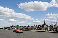 Schip in de Waal bij Nijmegen. Stadsbeeld met de Sint Stevenskerk