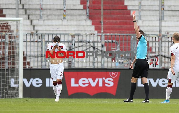 nph00001:  nph0001:  17.05.2020 --- Fussball --- Saison 2019 2020 --- 2. Fussball - Bundesliga --- 26. Spieltag: FC Sankt Pauli - 1. FC Nürnberg --- --- DFL regulations prohibit any use of photographs as image sequences and/or quasi-video - Only for editorial use ! --- <br /> <br /> Daniel Siebert (Schiedsrichter ) zeigt Christian Mathenia (26, 1. FC Nürnberg ) rote Karte / Rot <br /> <br /> Foto: Daniel Marr/Zink/Pool//via Kokenge/nordphoto