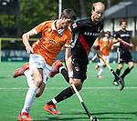 BLOEMENDAAL   - Hockey -  Xavi Lleonart Blanco (Bldaal) met Billy Bakker (A'dam) . 3e en beslissende  wedstrijd halve finale Play Offs heren. Bloemendaal-Amsterdam (0-3).     Amsterdam plaats zich voor de finale.  COPYRIGHT KOEN SUYK
