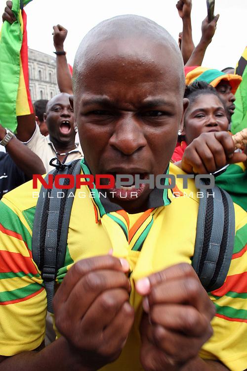 FIFA WM 2006 -  Fan Meile Nuernberg<br /> <br /> <br /> <br /> USA - Ghana<br /> <br /> <br /> <br /> Ghana Fan freut sich &cedil;ber die fr&cedil;he F&cedil;hrung f&cedil;r Ghana.<br /> <br /> <br /> <br /> Foto: nordphoto