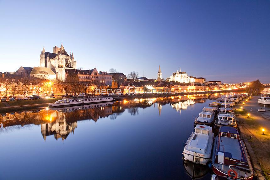 France, Yonne (86), Auxerre, la Cathédrale Saint-Etienne d'Auxerre, l'abbaye plus à droite, l'Yonne et le port fluvial le soir // France, Yonne, Auxerre, the Cathedral of St. Etienne of Auxerre, the abbey far right, the Yonne and the river port at night