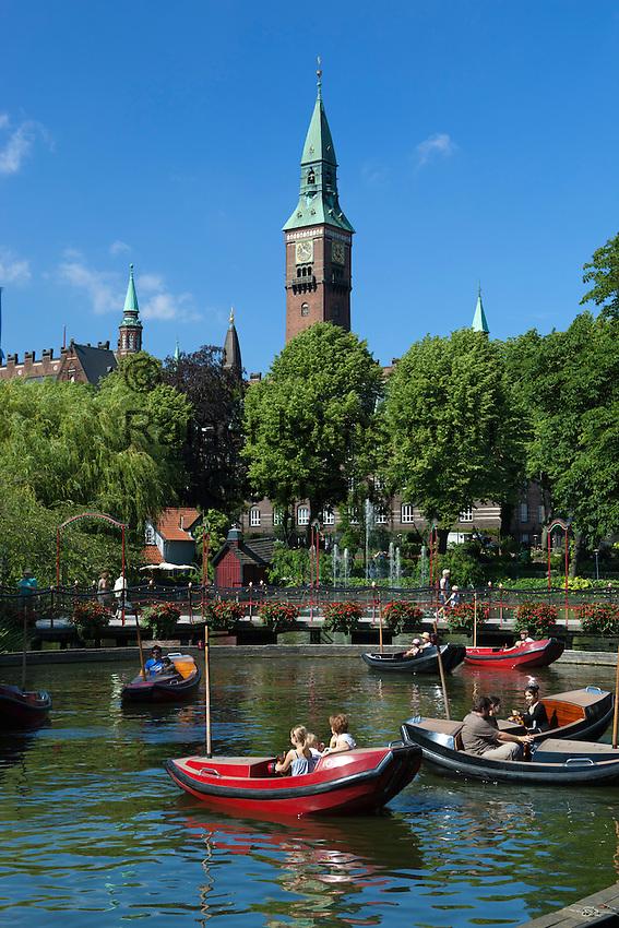 Denmark, Zealand, Copenhagen: Tivoli Gardens. Dragon boats on lake below tower of the Radhus (Town Hall) | Daenemark, Insel Seeland, Kopenhagen: Der Tivoli, ein weltbekannter Vergnuegungs- und Erholungspark. Drachenboote vor dem Rathaus