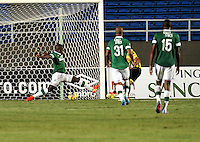 CALI - COLOMBIA -02-04-2014: Ayron Del Valle (Der.)  jugador de Alianza Petrolera, anota gol a Deportivo Cali durante  partido Deportivo Cali y Alianza Petrolera por la fecha 14 de la Liga Postobon I 2014 en el estadio Pascual Guerrero de la ciudad de Cali. / Ayron Del Valle (R) player of Alianza Petrolera scored goal to Deportivo Cali during a match between Deportivo Cali and Alianza Petrolera for the date 14th of the Liga Postobon I 2014 at the Pascual Guerrero stadium in Cali city. Photo: VizzorImage / Luis Ramirez / Staff.