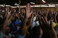 """Garimpeiros durante assembléia para a unifição  da Cooperativa de MineraÁ""""o dos Garimpeiros de Serra Pelada - Comigasp e do Sindicato dos Garimpeiros de Serra Pelada - Singasp, as divergÍncias entre as duas entidades causou v·rias mortes nos ˙ltimos anos. A assemblÈia que unificou a categoria derrubara o ˙ltimo entrave para liberaÁ""""o pelo governo federal de nova exploraÁ""""o da serra .18/12/2005CurionÛpolis, Par·, Brasil.Foto Paulo Santos/Interfoto"""