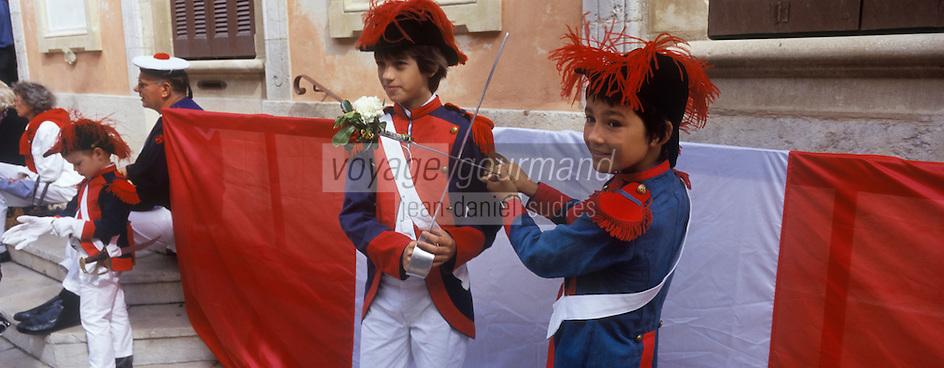 Europe/Provence-Alpes-Côte d'Azur/83/Var/Saint-Tropez: lors des Bravades-Les Bravades sont des processions en l'honneur du Saint Patron de la ville]