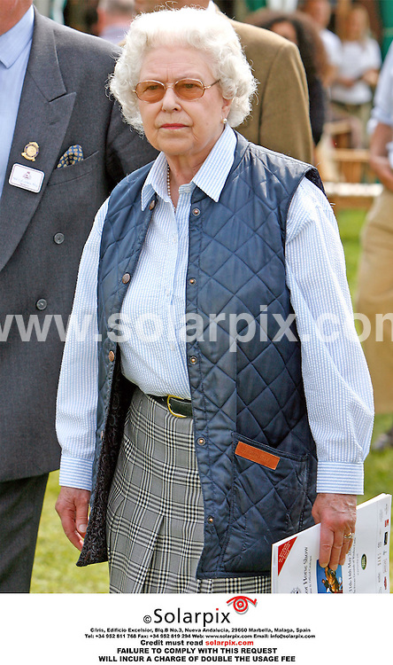 ALL-ROUND PICTURES FROM SOLARPIX.COM.*MUST CREDIT SOLARPIX.COM OR DOUBLE USAGE FEE*.12/05/06. London..The Queen goes for a walkabout around the stalls and stands on the second day of the Royal Windsor Horse Show.REF: 2342 PRS.