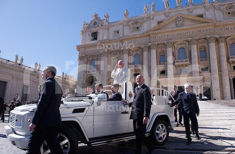 Rom, Vatikan  05.03.2014 Papst Franziskus I. faehrt bei der woechentlichen Generalaudienz auf dem Petersplatz mitdem Papamobil vor dem Petersdom