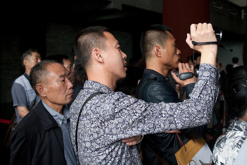 Des touristes chinois devant la relève de la garde du musée Sun Yat-Sen qu a lieu toutes les heures pour soulager les soldats qui doivent rester totalement immobiles, sans fermer les paupières.