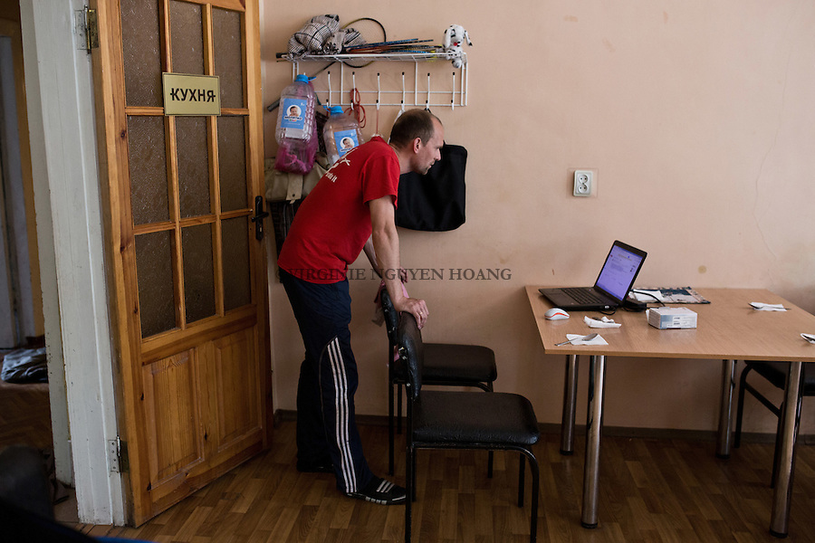 UKRAINE, Mariupol: Pavlo is checking his emails. He's on a waiting list of a social service in order to find a work in the construction work. &quot;As nobody wants to build in Mariupol anymore, it's hard to find work as a worker&quot; says Pavlo. <br /> <br /> UKRAINE, Mariupol: Pavlo v&eacute;rifie ses emails. Il est sur une liste d'attente d'un service social dans le but de trouver un travail dans le milieu de la construction. &quot;Comme personne ne veut construire &agrave; Mariupol, il est difficile de trouver du travail en tant qu'ouvrier&raquo;, explique Pavlo.