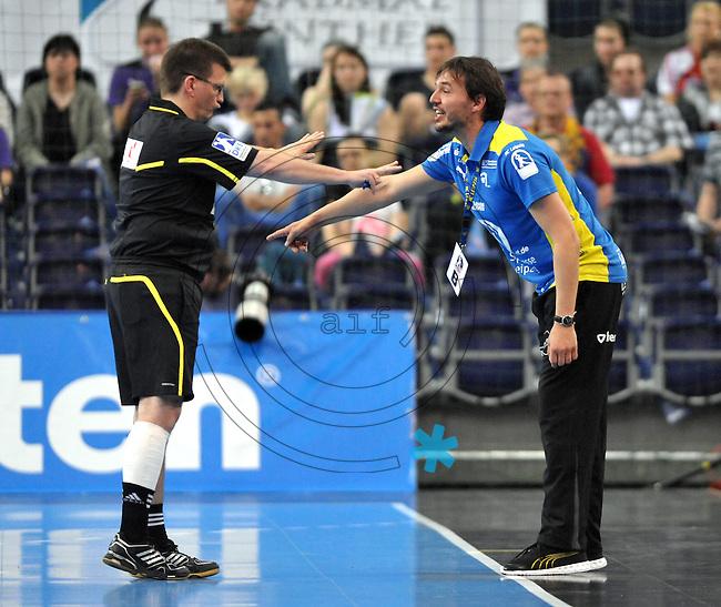 Handball Bundesliga Frauen - Playoff Finale um die deutsche Meisterschaft. Zum Hinspiel empfängt der Handballclub Leipzig (HCL) den Thüringer HC (THC). .IM BILD: HCL Trainer Thomas Oerneborg / Örneborg diskutiert mit dem Schiedsrichter .Foto: Christian Nitsche