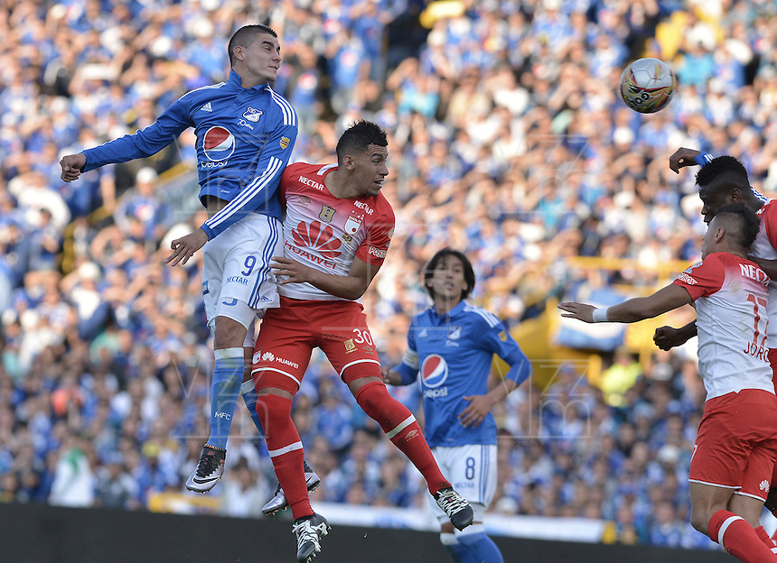 BOGOTA - COLOMBIA -20 -03-2016: Michael Rangel (Izq) jugador de Millonarios disputa el balón con Yeison Gordillo (Der) jugador de Independiente Santa Fe durante partido por la fecha 10 de la Liga Águila I 2016 jugado en el estadio Nemesio Camacho El Campín de la ciudad de Bogotá./ Michael Rangel (L) player of Millonarios fights for the ball with Yeison Gordillo (R) player of Independiente Santa Fe during the match for the date 10 of the Aguila League I 2016 played at Nemesio Camacho El Campin stadium in Bogota city. Photo: VizzorImage / Gabriel Aponte / Staff.