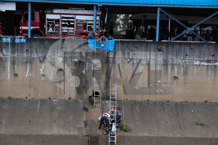 SAO PAULO, SP,04 de julho 2013- Bombeiros reitira um corpo de um homem nao indentificado do Rio Tamanduatei proximo a Estacao metro Pedro ll o caso esta sendo regotrado no 1 dp ADRIANO LIMA / BRAZIL PHOTO PRESS).