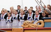 Nederland Volendam 2015 06 28 . Volendammerdag in Volendam. Tijdens Volendammerdag lopen veel inwoners van Volendam in klederdracht. Een kinderkoor zingt in de haven op het Statenjacht Utrecht