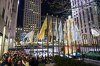 Menschenmassen am Weihnachtsbaum und an der Eislauffläche vor dem Rockefeller Center in New York - 08.12.2019: New York