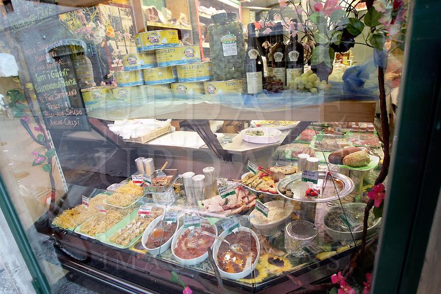 La vetrina in un negozio di gastronomia di via Corte Vecchi a Ferrara.<br /> Food shops in via Corte Vecchi, Ferrara.<br /> UPDATE IMAGES PRESS/Riccardo De Luca