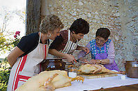 """Europe/France/Aquitaine/40/Landes/Créon-d'Armagnac: Stage de Cuisine du Canard Gras  à la Chambre d'Hôtes """"Le Poutic"""" sous la conduite deThierry Nadeau producteur et  de Raymonde fermière."""