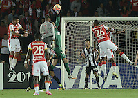 BOGOTA- COLOMBIA – 18-03-2015: Victor, portero del Atletico Mineiro de Brasil, salta para caturar el balón durante partido entre Independiente Santa Fe de Colombia y Atletico Mineiro de Brasil, por la segunda fase, grupo 1, de la Copa Bridgestone Libertadores en el estadio Nemesio Camacho El Campin, de la ciudad de Bogota. / Victor, goalkeeper of Atletico Mineiro of Brasil, jumps to catch the ball during a match between Independiente Santa Fe of Colombia and Atletico Mineiro de Brasil for the second phase, group 1, of the Copa Bridgestone Libertadores in the Nemesio Camacho El Campin in Bogota city. Photo: VizzorImage / Gabriel Aponte / Staff.