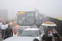 SAO BERNARDO DO CAMPO, SP, 25 DE MARÇO. Um engavetamento na Via Anchieta no Km34 sentido Sao Paulo envolveu 15 carro e teve 10 vitimas segundo o Corpo de Bombeiros todas as vitimas foram levadas ao Ps de Sao Bernardo do campo. (FOTO: ADRIANO LIMA - BRAZIL PHOTO PRESS) BRAZIL PHOTO PRESS)