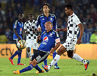 BOGOTA- COLOMBIA. 29-03-2015: Mayer Candelo (Izq) jugador de Millonarios disputa el balón con Edwin E. Avila (Der) jugador de Boyacá Chicó FC durante partido por la fecha 12 de la Liga Águila I 2015 jugado en el estadio Nemesio Camacho El Campín de la ciudad de Bogotá./ Mayer Candelo (L) player of Millonarios fights for the ball with Edwin E. Avila (R) player of Boyaca Chico FC during the match for the 12th date of the Aguila League I 2015 played at Nemesio Camacho El Campin stadium in Bogotá city . Photo: VizzorImage / Nestor Silva / Str