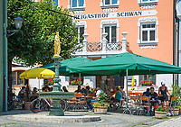 Deutschland, Bayern, Niederbayern, Naturpark Altmuehltal, Riedenburg: Brauereigasthof Schwan neben dem Alten Rathaus in der Altstadt | Germany, Lower Bavaria, Natur Park Altmuehl Valley, Riedenburg: Brewery inn Swan in old town
