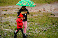 RIO DE JANEIRO, RJ,  DE JULHO DE 2013 -CLIMA TEMPO-RJ- Manhã com muito frio e chuva na cidade do Rio de Janeiro, nesta quinta-feira,25, em Manguinhos, zona norte do Rio de Janeiro.FOTO:MARCELO FONSECA/BRAZIL PHOTO PRESS