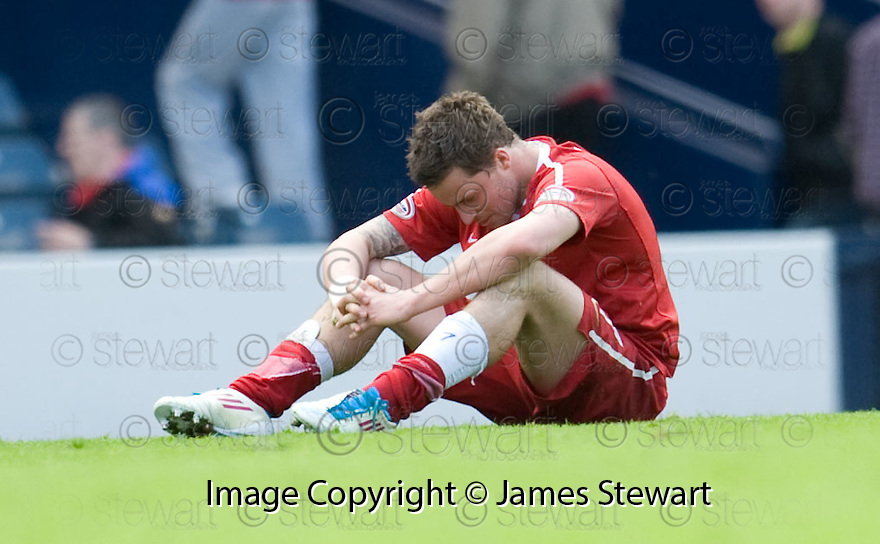 :: ABERDEEN'S CHRIS MAGUIRE IS DEJECTED AT THE END OF THE GAME ::