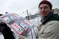 Protestkundgebung gegen die Zustaende bei der berliner S-Bahn und gegen die Privatisierungsplaene des rot-roten Senats<br />Am Samstag den 30. Januar 2010 demonstrierten Mitarbeiter der berliner S-Bahn und Fahrgaeste am S-Bahnhof Ostkreuz gegen die Zustaende bei der S-Bahn. S-Bahnbeschaeftigte forderten die Wiedereinstellung entlassener Kolleginnen und Kollegen und die Wiedereroeffung der aus rentabilitaetsgruenden geschlossenen Werkstaetten.<br />Aufgerufen zu der Kundgebung hatten die Gewerkschaft Transnet, Vertrauenspersonen bei der S-Bahn GmbH sowie das Aktionsbuendnis Nahverkehr in dem Bahn- und S-Bahnbeschaeftigte und Fahrgaeste organisiert sind.<br />30.1.2010, Berlin<br />Copyright: Christian-Ditsch.de<br />[Inhaltsveraendernde Manipulation des Fotos nur nach ausdruecklicher Genehmigung des Fotografen. Vereinbarungen ueber Abtretung von Persoenlichkeitsrechten/Model Release der abgebildeten Person/Personen liegen nicht vor. NO MODEL RELEASE! Don't publish without copyright Christian-Ditsch.de, Veroeffentlichung nur mit Fotografennennung, sowie gegen Honorar, MwSt. und Beleg. Konto: I N G - D i B a, IBAN DE58500105175400192269, BIC INGDDEFFXXX, Kontakt: post@christian-ditsch.de Urhebervermerk wird gemaess Paragraph 13 UHG verlangt.]