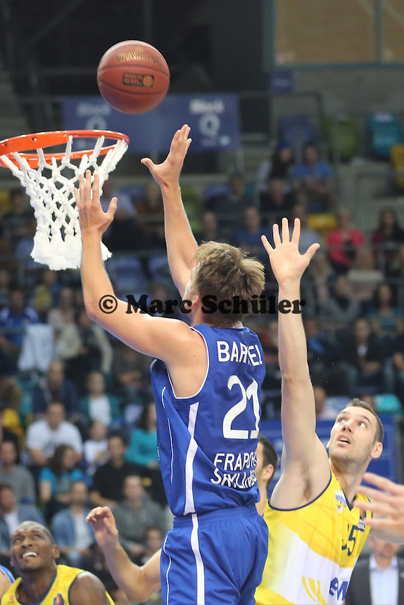Danilo Barthel (Skyliners) wirft gegen Andrea Crosariol (EWE) - Fraport Skyliners vs. EWE Baskets Oldenburg, Fraport Arena Frankfurt