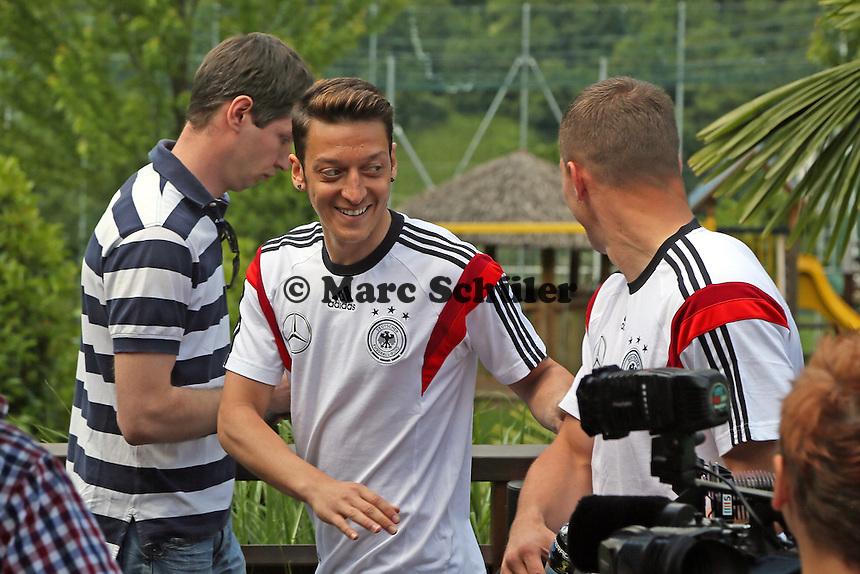 Mesut Özil und Lukas Podolski haben Spaß - Media Day der Deutschen Nationalmannschaft zur WM-Vorbereitung in St. Martin