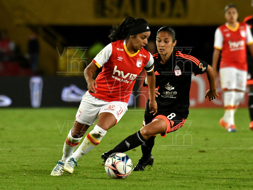 BOGOTA - COLOMBIA - 27 - 05 - 2017: Liona Salazar (Izq.) jugadora de Independiente Santa Fe disputa el balón con Naila Imbachi (Der.) jugadora de America de Cali, durante partido de vuelta por los cuartos de final entre Independiente Santa Fe y America de Cali, por la Liga Femenina Aguila 2017, en el estadio Nemesio Camacho El Campin de la ciudad de Bogota. / Liona Salazar (L) jugadora of Independiente Santa Fe struggles for the ball with Naila Imbachi (R) player of America de Cali, during a match of the second round of the  quarters of finals for the Liga Femenina Aguila 2017, between Independiente Santa Fe and America de Cali, at the Nemesio Camacho El Campin Stadium in Bogota city, Photo: VizzorImage / Luis Ramirez / Staff.