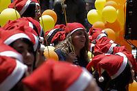 São Paulo, SP - 17.12.2014 - CORAL TEATRO MUNICIPAL - Coral de natal organizado pelo ESPRO, uma ong que auxilia o primeiro emprego há jovens no Teatro Municipal localizado na região central da capital paulista na manhã desta quarta-feira, (17).(Foto: Renato Mendes / Brazil Photo Press)