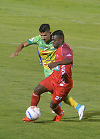 TUNJA - COLOMBIA , 12-05-2018: Mosquera(Der.) jugador de Patriotas Boyacá disputa el balón con el Atlético Huila durante partido por los cuatos de final ida de la Liga Águila I 2018 jugado en el estadio La Independencia de la ciudad de Tunja. /Mosquera (Right) player of Patriotas Boyacá disputes the ball with  Atletico Huila during game for the quartes final of the Liga Águila I 2018 played at the La Independencia stadium in the city of Tunja. Photo: VizzorImage  /José Miguel Palencia / Contribuidor