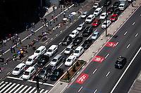 SÃO PAULO-SP-11.10.2014-TRÂNSITO SÃO PAULO - O motorista enfrenta fluxo com velocidade moderada na Avenida Paulista sentido Consolação.Região centro-sul da cidade de São Paulo,na tarde dessa terça-feira,11(Foto:Kevin David/Brazil Photo Press)