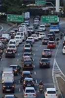 SAO PAULO, 13 DE JULHO DE 2012 - TRANSITO SP - Transito intenso na Avenida 9 de Julho, regiao central da capital no fim da tarde desta sexta feira. ALEXANDRE MOREIRA - BRAZIL PHOTO PRESS