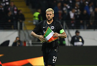 Marco Russ (Eintracht Frankfurt) mit dem Lazio Wimpel - 04.10.2018: Eintracht Frankfurt vs. Lazio Rom, UEFA Europa League 2. Spieltag, Commerzbank Arena, DISCLAIMER: DFL regulations prohibit any use of photographs as image sequences and/or quasi-video.