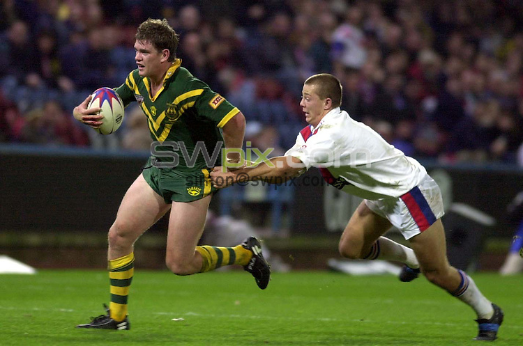 Pix: Ben Duffy/Swpix.com....International Rugby League...Great Britain v Australia-Guinness Test Series Huddersfield....11/11/2001..COPYWRIGHT PICTURE>>SIMON WILKINSON>>01943 436649>>..Great Britain's Richard Horne tries to stop Australia's Matthew Gidley.
