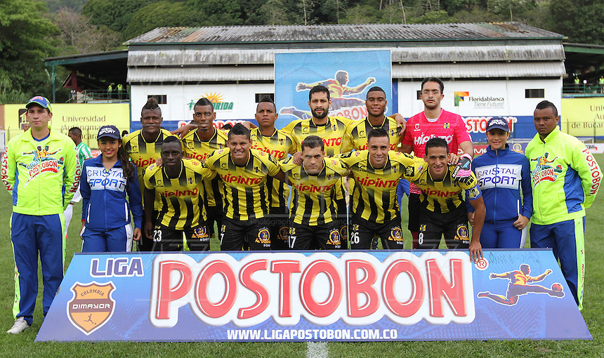FLORIDABLANCA -COLOMBIA, 03-08-2014.  Jugadores de Alianza Petrolera posan para una foto de grupo previo al encuentro contra Atlético Nacional por la fecha 3 de la Liga Postobon II 2014 disputado en el estadio Alvaro Gómez Hurtado de la ciudad de Floridablanca./ Players of Alianza Petrolera pose to aphoto group prior of the match against Atletico Nacional for the 3th date of the Postobon League II 2014 played at Alvaro Gomez Hurtado stadium in Floridablanca city Photo:VizzorImage / Duncan Bustamante / STR