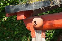 Nistkasten aus Ton, Ton-Nistkasten, Vogel-Nistkasten, Vogelnistkasten, Meisenkasten, Nisthilfe, Vogelkasten, nestingbox, nesting box, nest box, nest-box, birdhouse