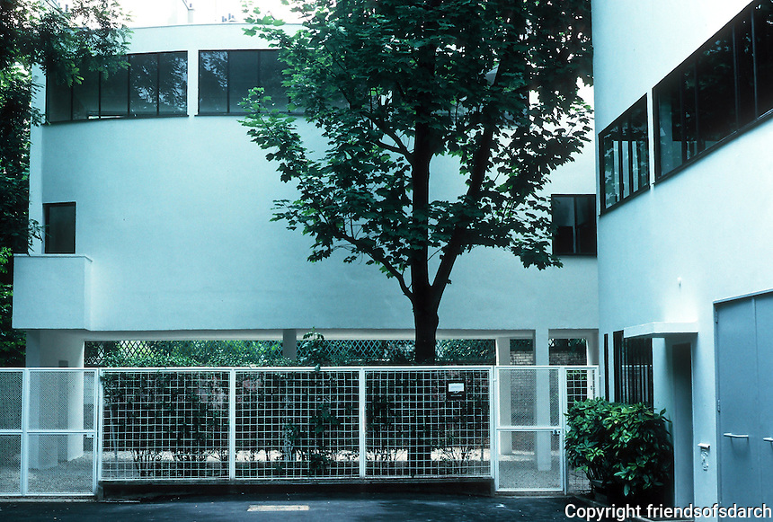 Le Corbusier: Maisons La Roche et Jeanneret, Paris 1922-24. Now a museum--curved 2-story gallery. Photo '90.