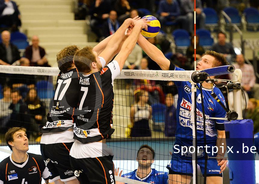 Knack Roeselare - Lindemans Aalst : duel aan het net tussen Matthijs Verhanneman (r) , Reinis Pekmans (7) en Michael Parkinson (links)<br /> Foto DAVID CATRY | VDB | Bart Vandenbroucke