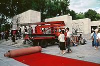 UNGARN, 14.07.1989<br /> Budapest - VIII. Bezirk<br /> Staatsbegraebnis von Janos Kadar (korrekt: János Kádár), Generalsekretaer der Kommunistischen Partei MSZMP auf dem Kerepesi Nationalfriedhof. Aufraeumen am Kommunistischen Pantheon, Einrollen des roten Teppichs.<br /> State funeral of Communist Party (MSZMP) General Secretary Janos Kadar who died on July 6. Tidying up under way at the Kerepesi national cemetery's communist pantheon. Rolling up the red carpet.<br /> © Martin Fejer/EST&OST