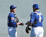 (L-R) Kenta Maeda, Yasmani Grandal (Dodgers),<br /> FEBRUARY 21, 2016 - MLB :<br /> Los Angeles Dodgers spring training baseball camp in Glendale, Arizona, United States. (Photo by AFLO)