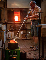 Deutschland, Bayern, Niederbayern, Naturpark Bayerischer Wald, Bodenmais: Glasblaeser in der Austen Glashuette | Germany, Bavaria, Lower-Bavaria, Nature Park Bavarian Forest, Bodenmais: glassblower at Austen glass factory